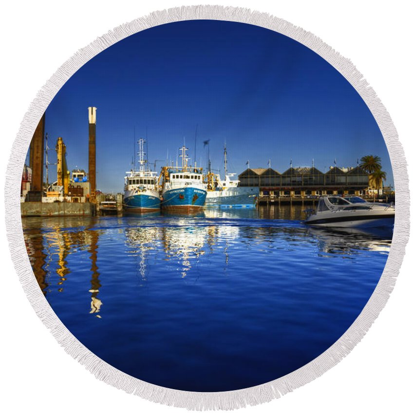 Freemantle Round Beach Towel featuring the photograph Reflections At Freemantle by Rob Hawkins