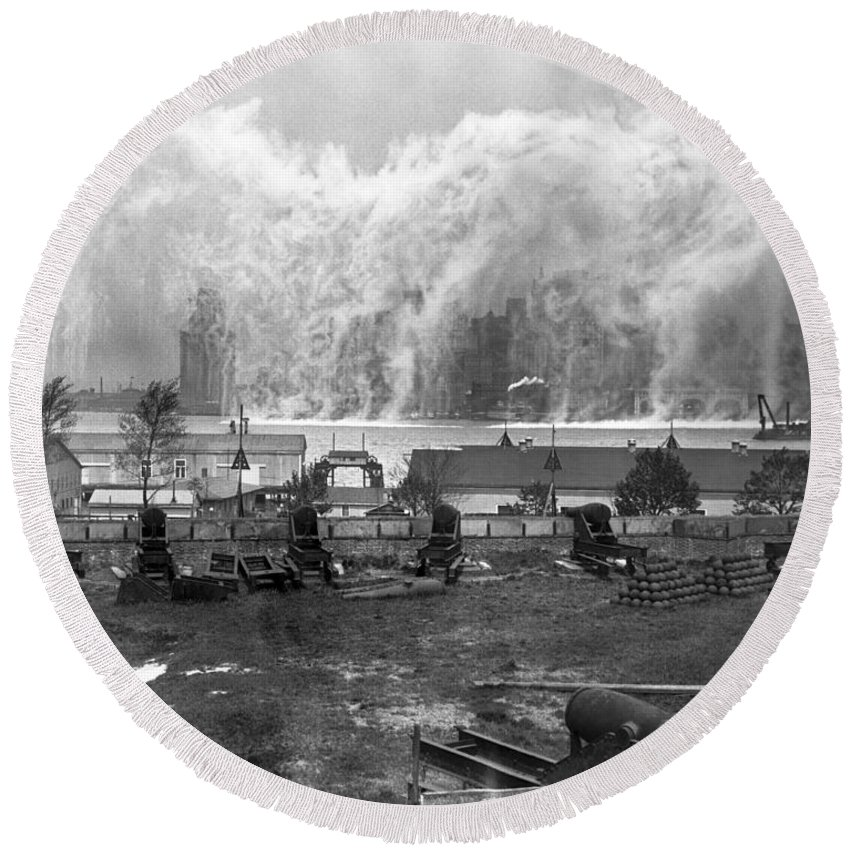 1920's Round Beach Towel featuring the photograph Smoke Screen Around Manhattan by Underwood Archives