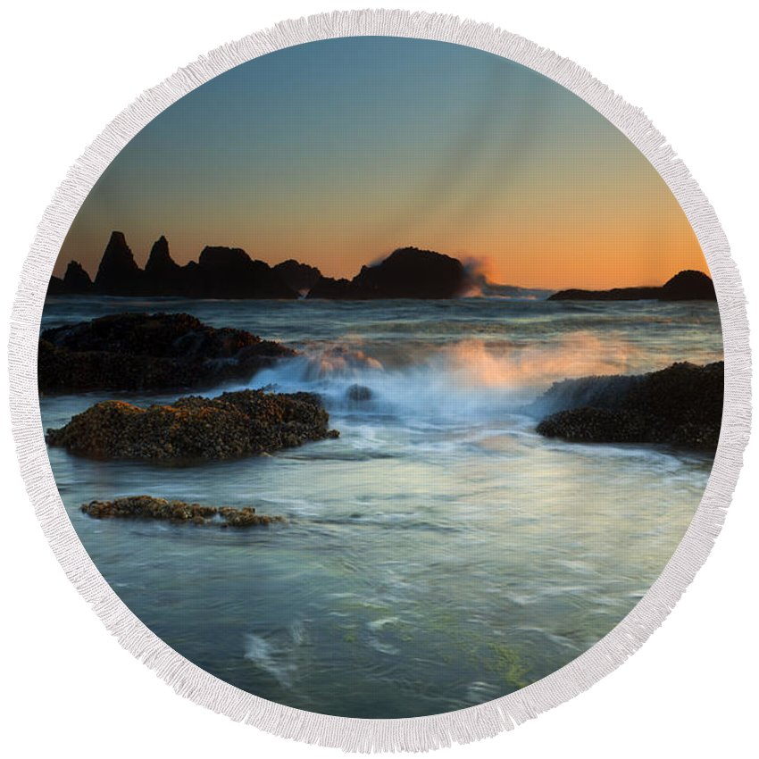 Seal Rock Round Beach Towel featuring the photograph Splitting The Gap by Mike Dawson