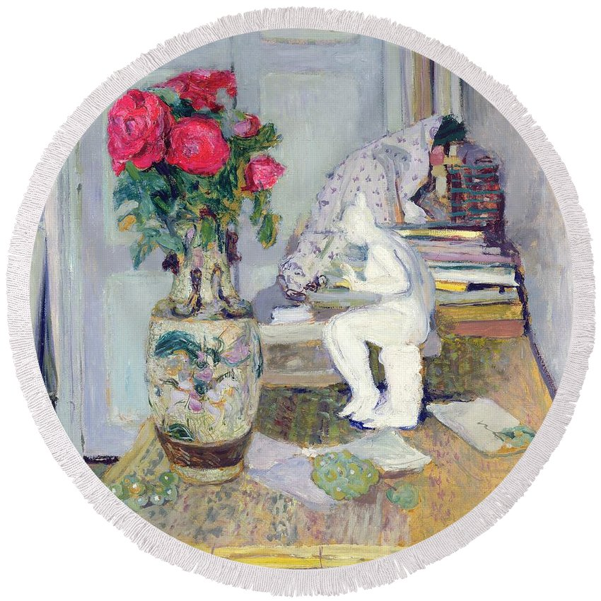 Statuette Round Beach Towel featuring the painting Statuette By Maillol And Red Roses by Edouard Vuillard
