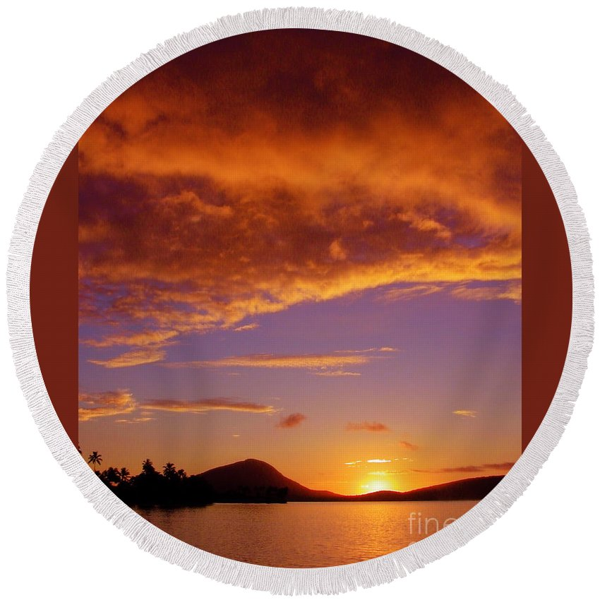 Sunrise Round Beach Towel featuring the photograph Sunrise At Koko Head by Mark Gilman