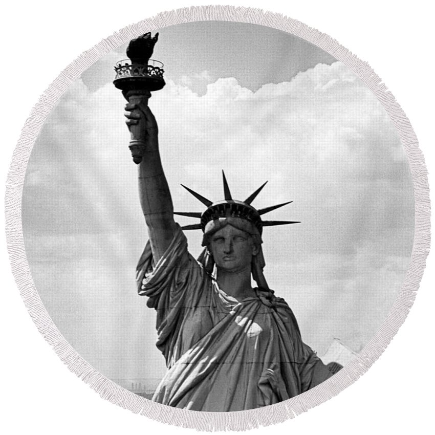 1940's Round Beach Towel featuring the photograph The Statue Of Liberty by Underwood Archives