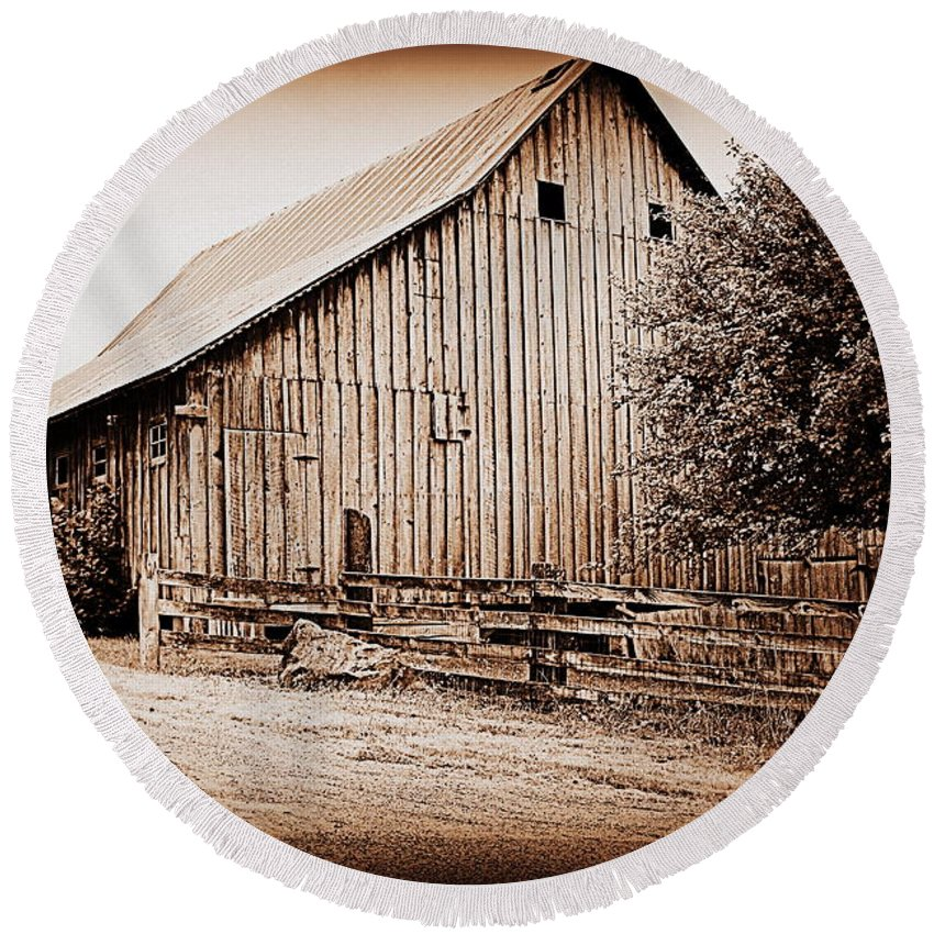 Barn Round Beach Towel featuring the photograph This Old Farm I by Kathy Sampson