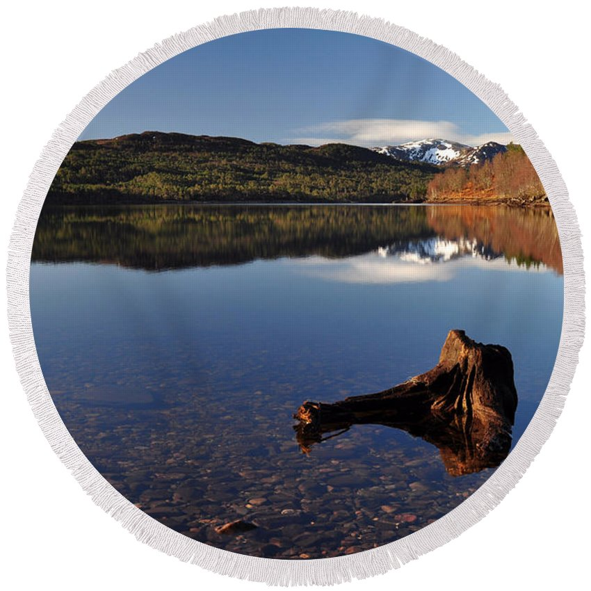 Loch Benevean Round Beach Towel featuring the photograph Loch Beinn A' Mheadhoin by Gavin Macrae