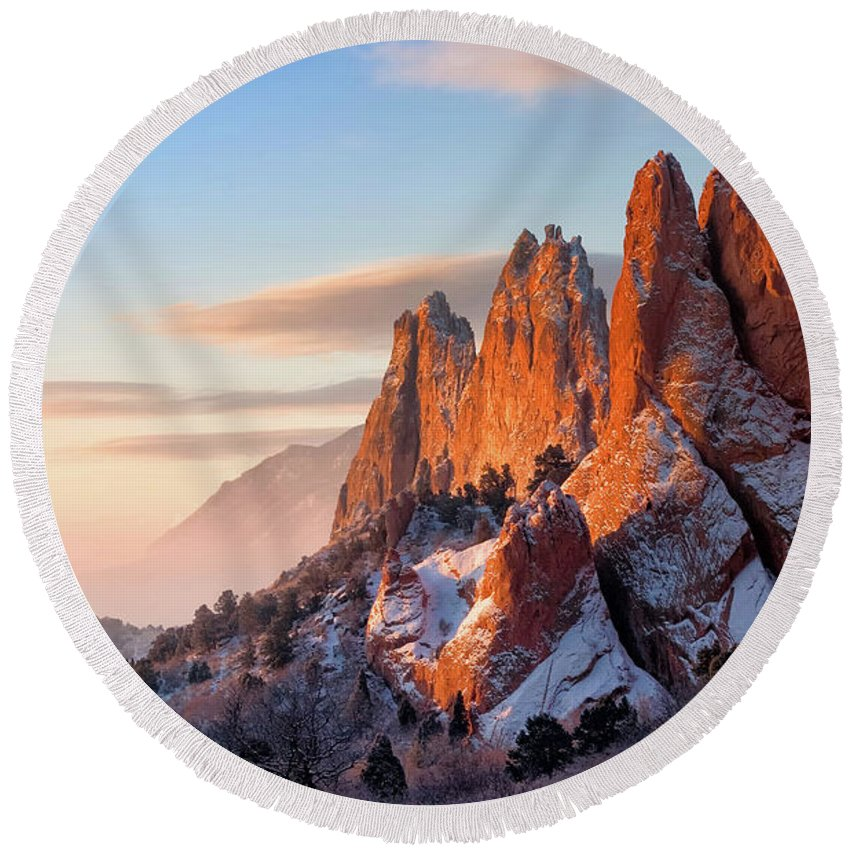 Garden Of The Gods Round Beach Towel featuring the photograph Dusting Of Snow by Ronda Kimbrow