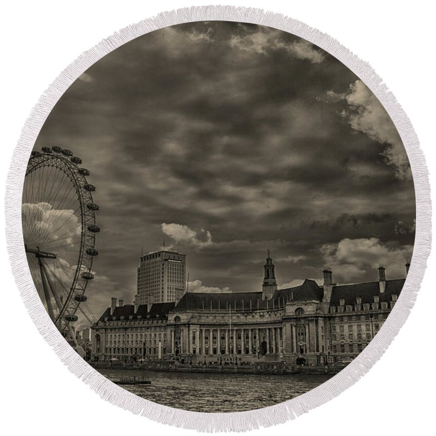Tourism Round Beach Towel featuring the photograph London Eye by Martin Newman