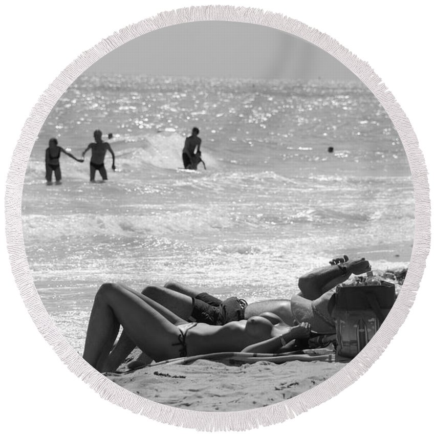 Black And White Round Beach Towel featuring the photograph Paradise Beach by Rob Hans