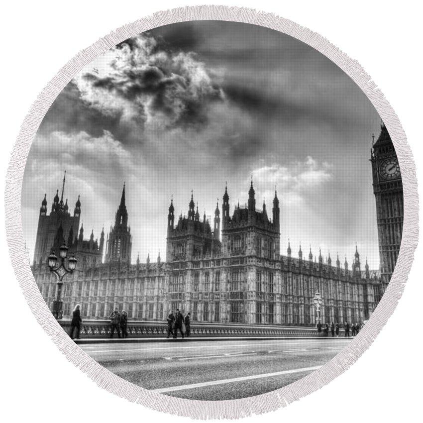 Big Ben Round Beach Towel featuring the photograph Westminster Bridge London by David Pyatt