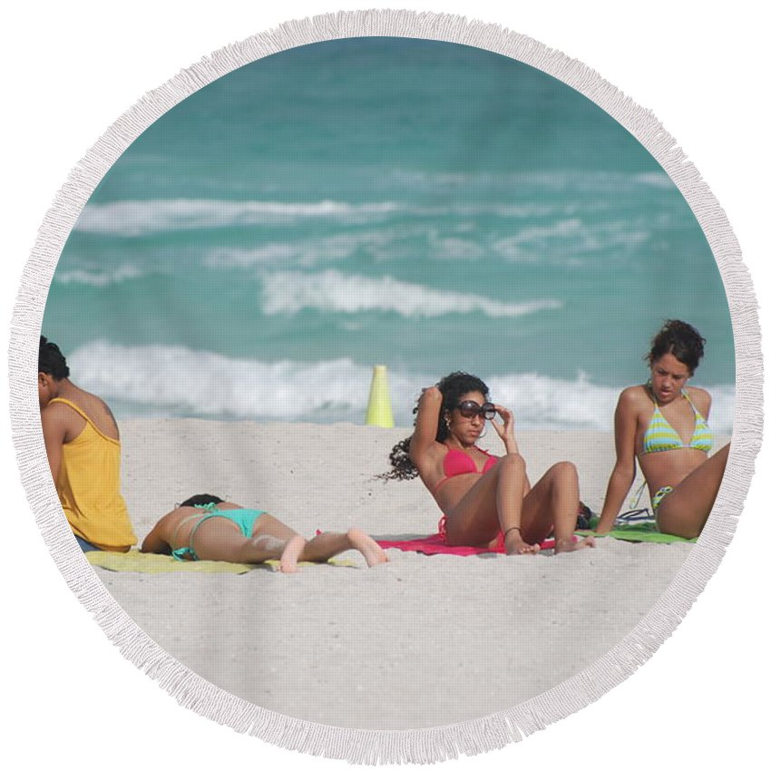 Sea Scape Round Beach Towel featuring the photograph 3 Up 1 Down At The Beach by Rob Hans