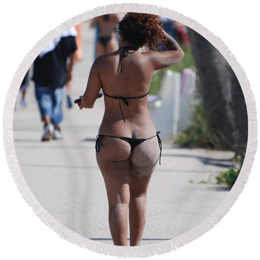 Portriat Round Beach Towel featuring the photograph L W Thong by Rob Hans