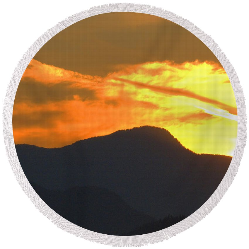 Vancouver Round Beach Towel featuring the photograph A Vancouver Sunset by Richard Henne
