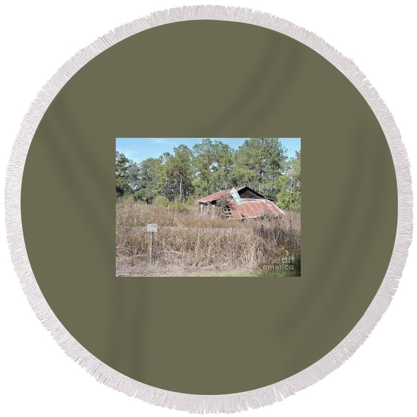 Abandoned Barn Round Beach Towel featuring the photograph Abandoned Barn by Beth Williams