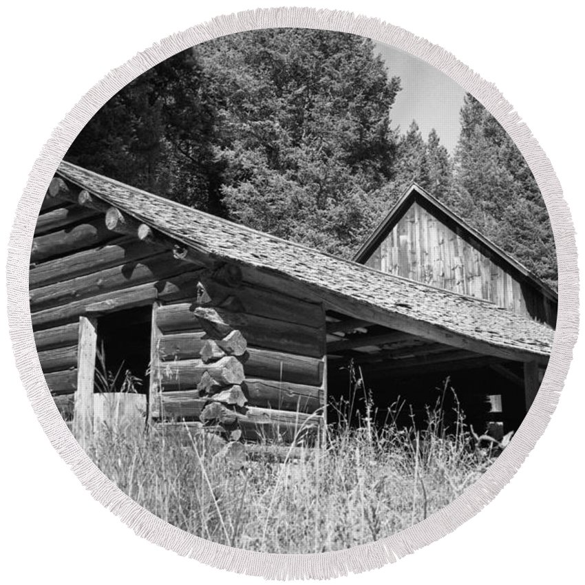 Cabin Round Beach Towel featuring the photograph Abandoned Homestead by Richard Rizzo