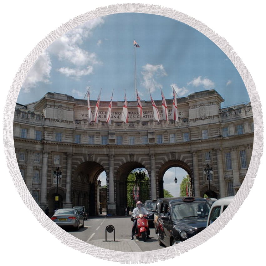 Admiralty Arch Round Beach Towel featuring the photograph Admiralty Arch by Chris Day