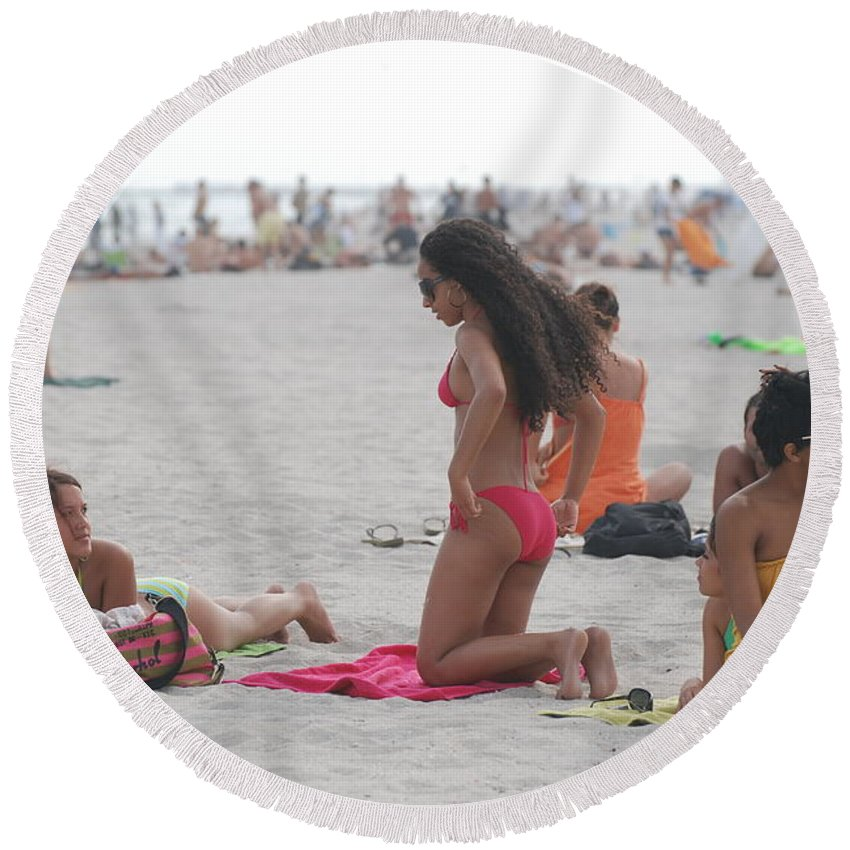 Girls Round Beach Towel featuring the photograph At The Beach by Rob Hans