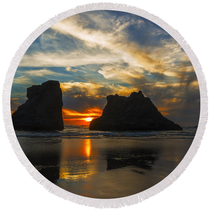 Bandon Round Beach Towel featuring the photograph Bandon Beach Sunset In Oregon Usa by Vishwanath Bhat