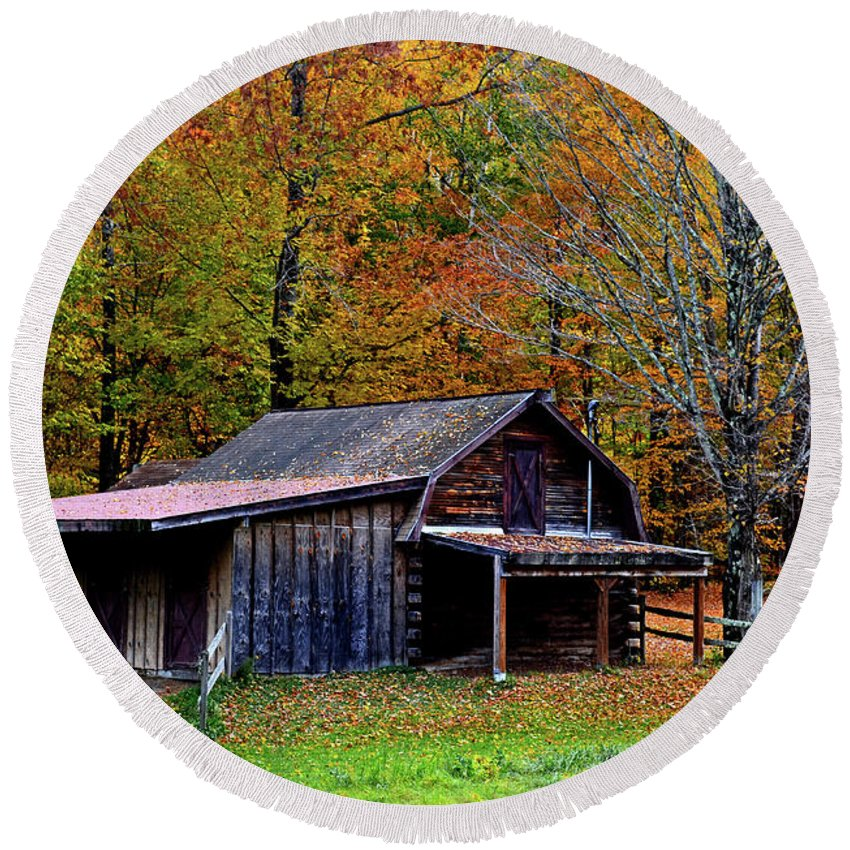 Landscape Round Beach Towel featuring the photograph Barn Woodford Mountain by Mark Schiffner