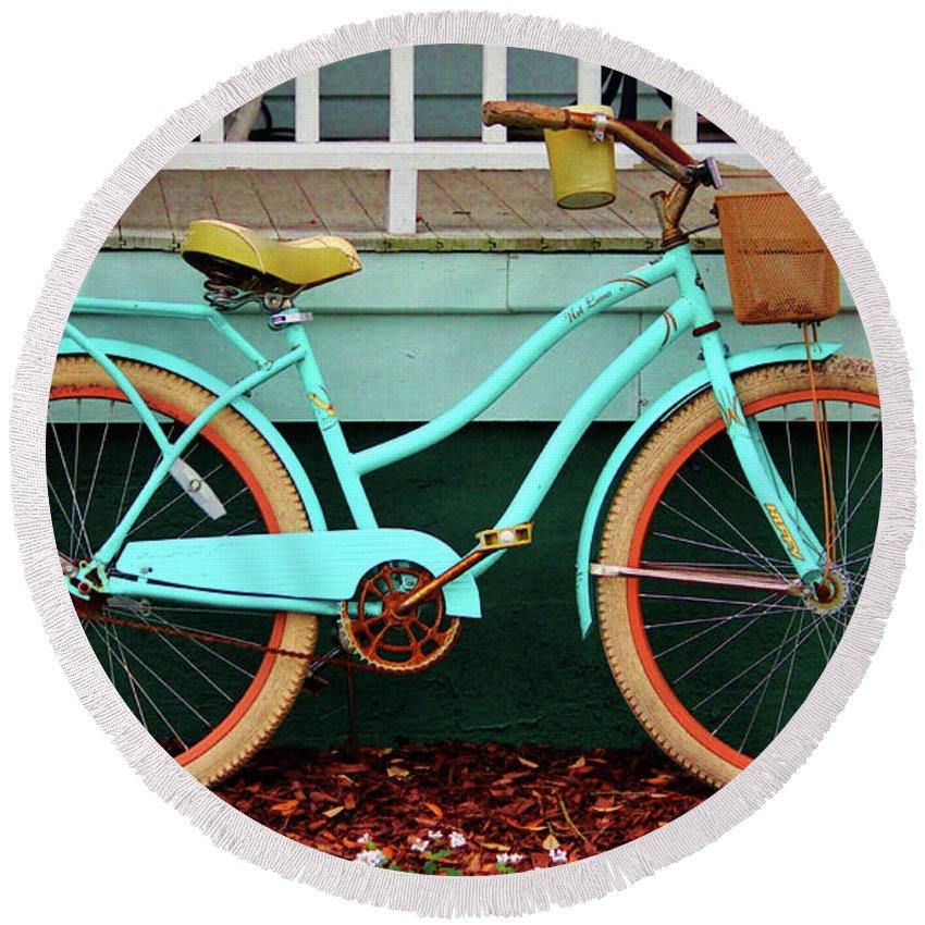 Huffy Nel Lusso Cruiser Round Beach Towel featuring the photograph Beach Cruiser Bike by Cynthia Guinn