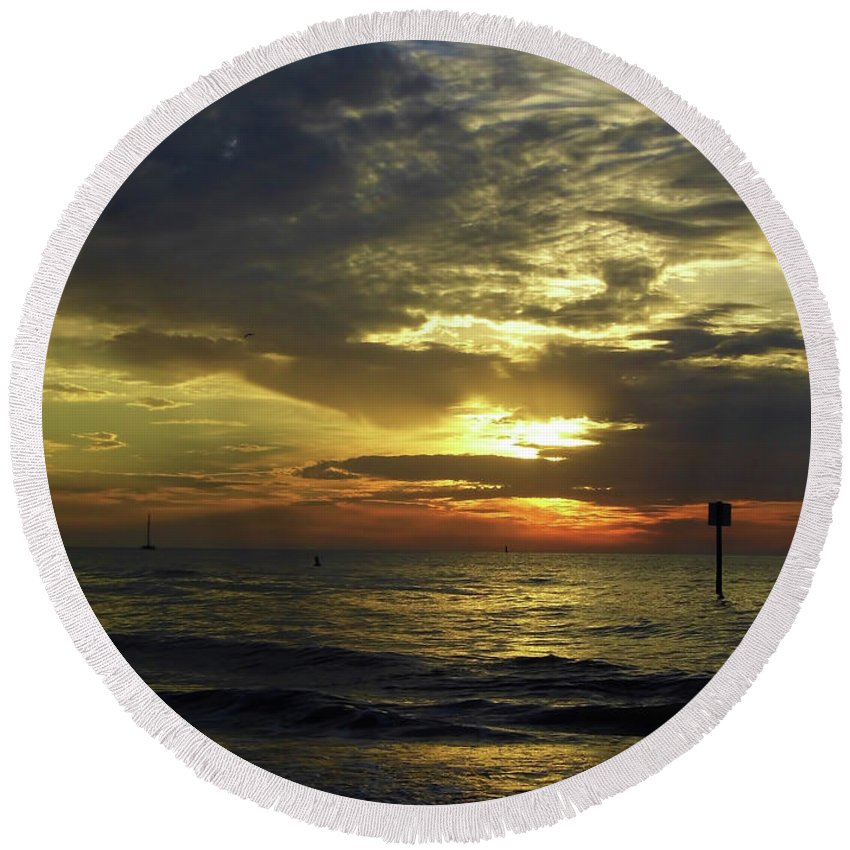 Sunset Round Beach Towel featuring the photograph Beautiful Clearwater Sunset by D Hackett