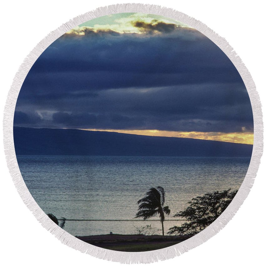 Big Sky Round Beach Towel featuring the photograph Over Molokai by David Nicholson
