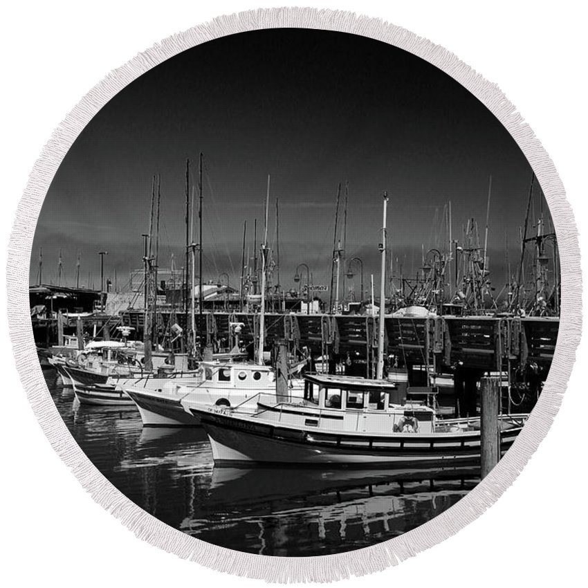 Fisherman's Wharf Round Beach Towel featuring the photograph Boats At Fisherman's Wharf - San Francisco by Christiane Schulze Art And Photography
