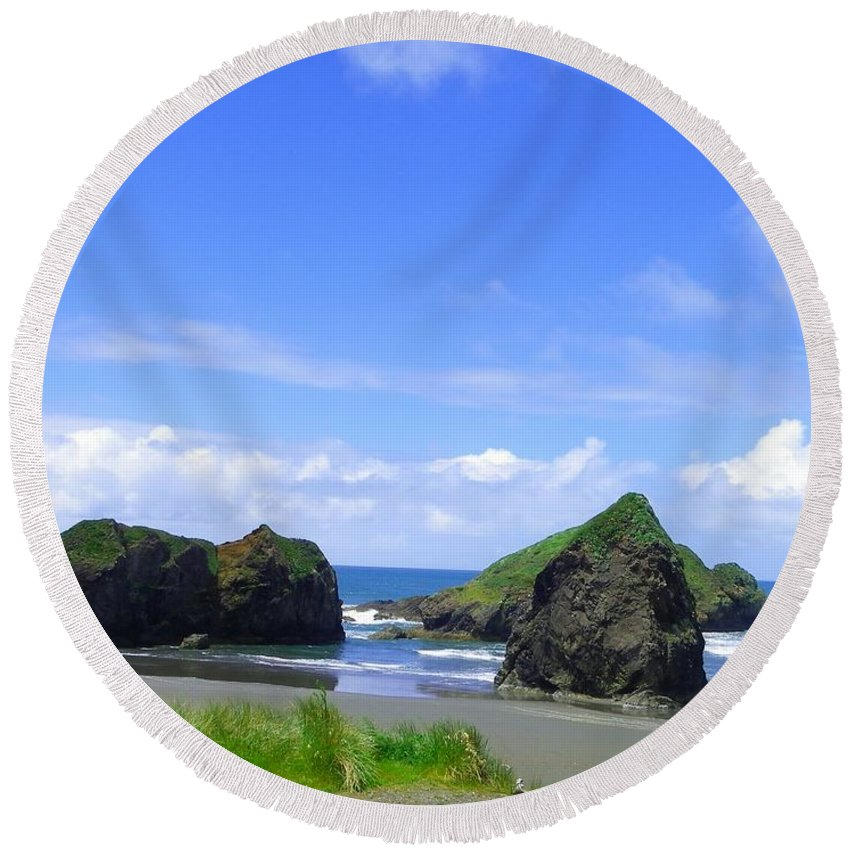 Seascape Round Beach Towel featuring the photograph Boulders In Oregon by Charleen Treasures