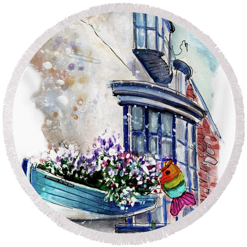 Travel Round Beach Towel featuring the painting Broadies By The Sea In Staithes by Miki De Goodaboom