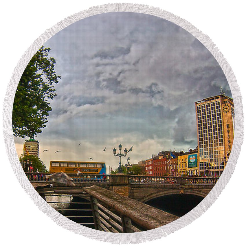 O'connell Bridge Round Beach Towel featuring the photograph Busy O' Connell Bridge by Alex Art and Photo