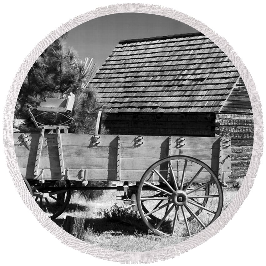 Wagon Round Beach Towel featuring the photograph Cabin And Wagon by David Lee Thompson