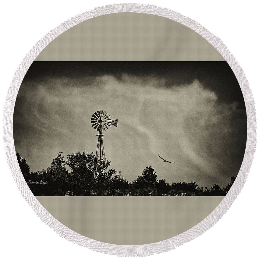 Eagle Round Beach Towel featuring the photograph Catching The Updraft by Karen Slagle