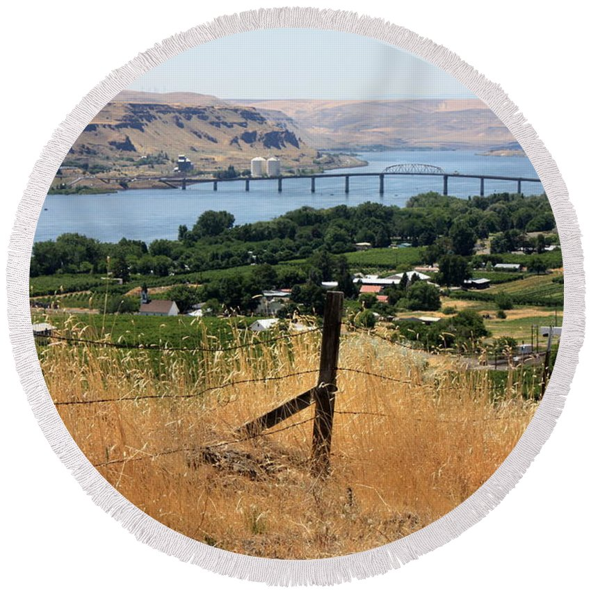 River Round Beach Towel featuring the photograph Columbia River - Biggs And Maryhill State Park by Carol Groenen