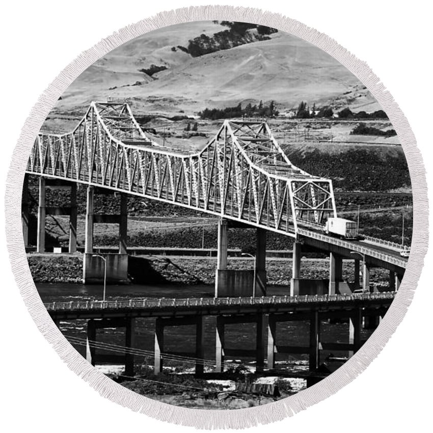 Columbia River Round Beach Towel featuring the photograph Columbia River Crossing by David Lee Thompson