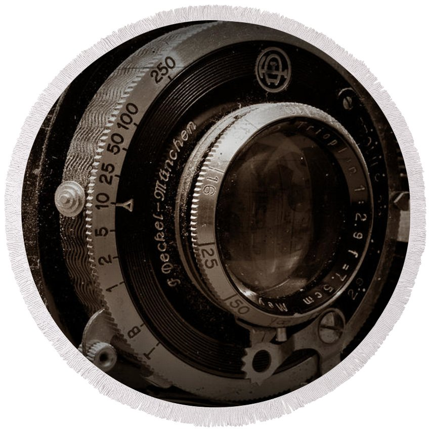 Camera Round Beach Towel featuring the photograph Compur Relic by Scott Wyatt