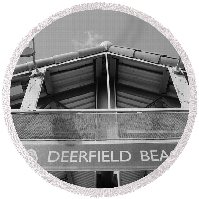 Black And White Round Beach Towel featuring the photograph Deerfield Beach by Rob Hans