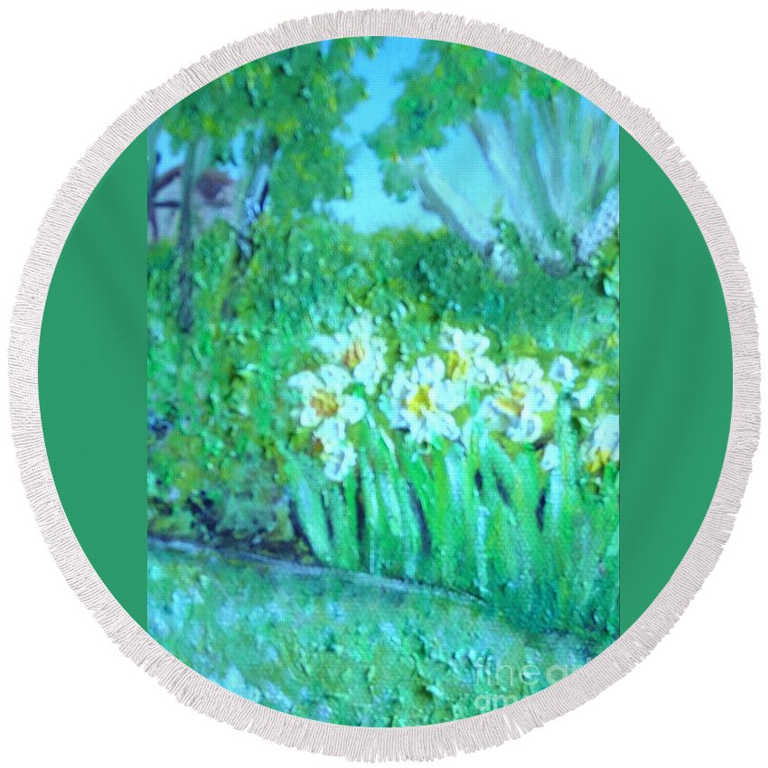 Daffodils Round Beach Towel featuring the painting Dependable Daffodils by Laurie Morgan