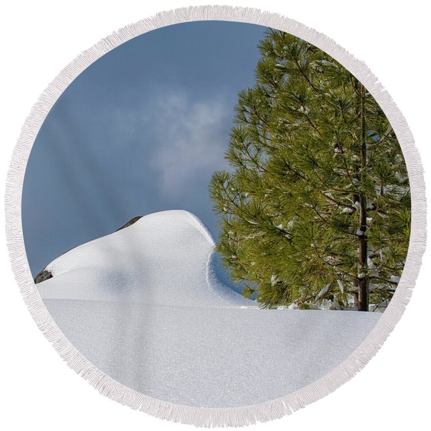 Sierra Nevada Mountains Round Beach Towel featuring the photograph Diamonds In The Snow by Jim Thompson