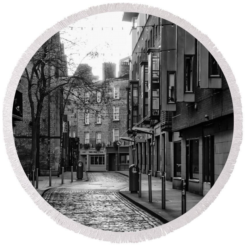 Essex Round Beach Towel featuring the photograph Dublin Ireland - Essex Street In Black And White by Bill Cannon