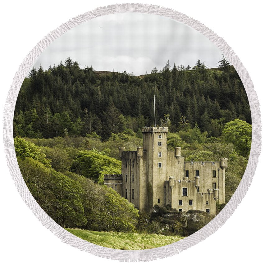 Dunvegan Round Beach Towel featuring the photograph Dunvegan Castle by Fran Gallogly