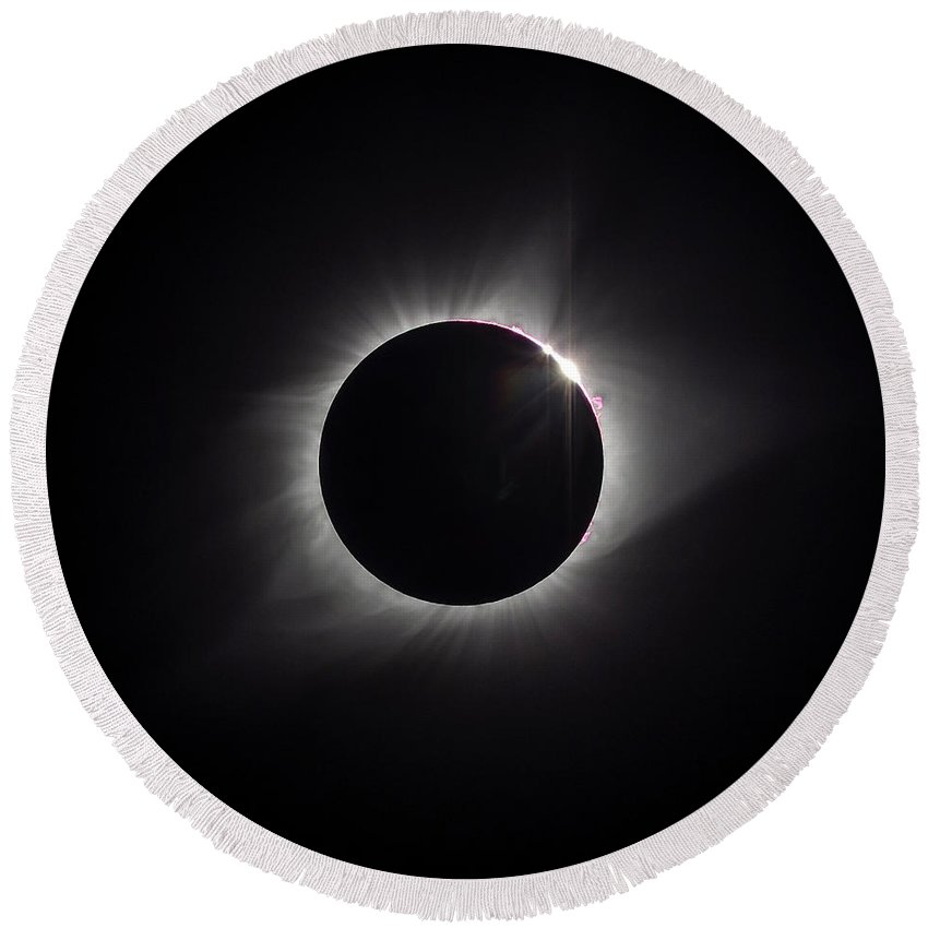 Total Solar Eclipse Round Beach Towel featuring the photograph Eclipse 2017 by Van Sutherland