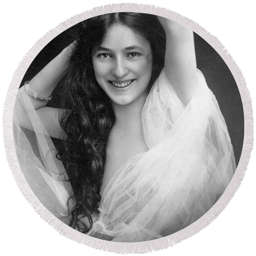 1901 Round Beach Towel featuring the photograph Evelyn Nesbit (1885-1967) by Granger