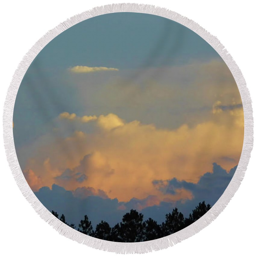 Sunset Round Beach Towel featuring the photograph Evening Sky In Rural Florida by D Hackett