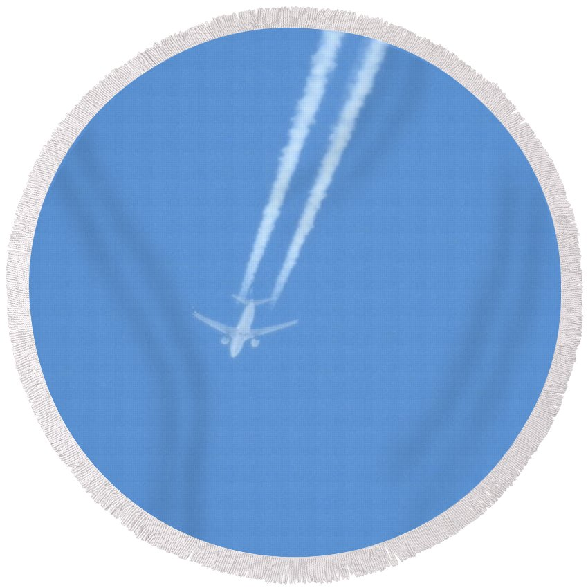 Airplane Round Beach Towel featuring the photograph Fly Over The Ocean by Jan Gelders