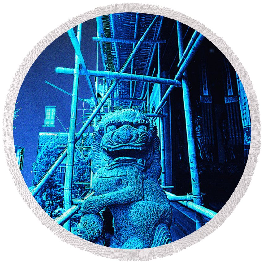 Cityscape Round Beach Towel featuring the photograph Foo Dog Scaffold by Steven Hlavac