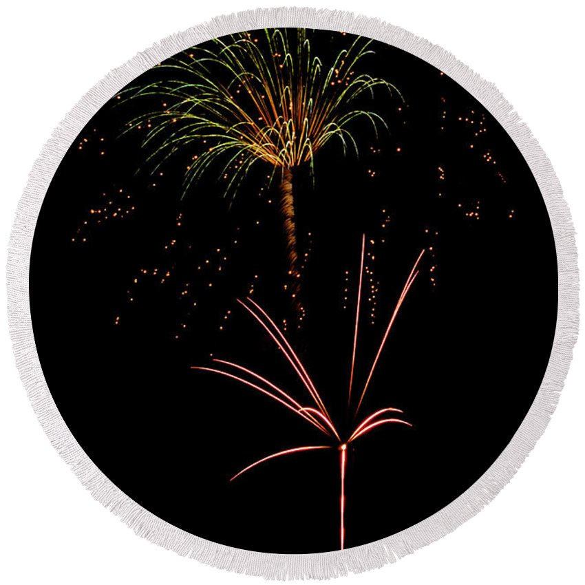 Fireworks Round Beach Towel featuring the photograph Fwsc 2014-34 by Frank Henley