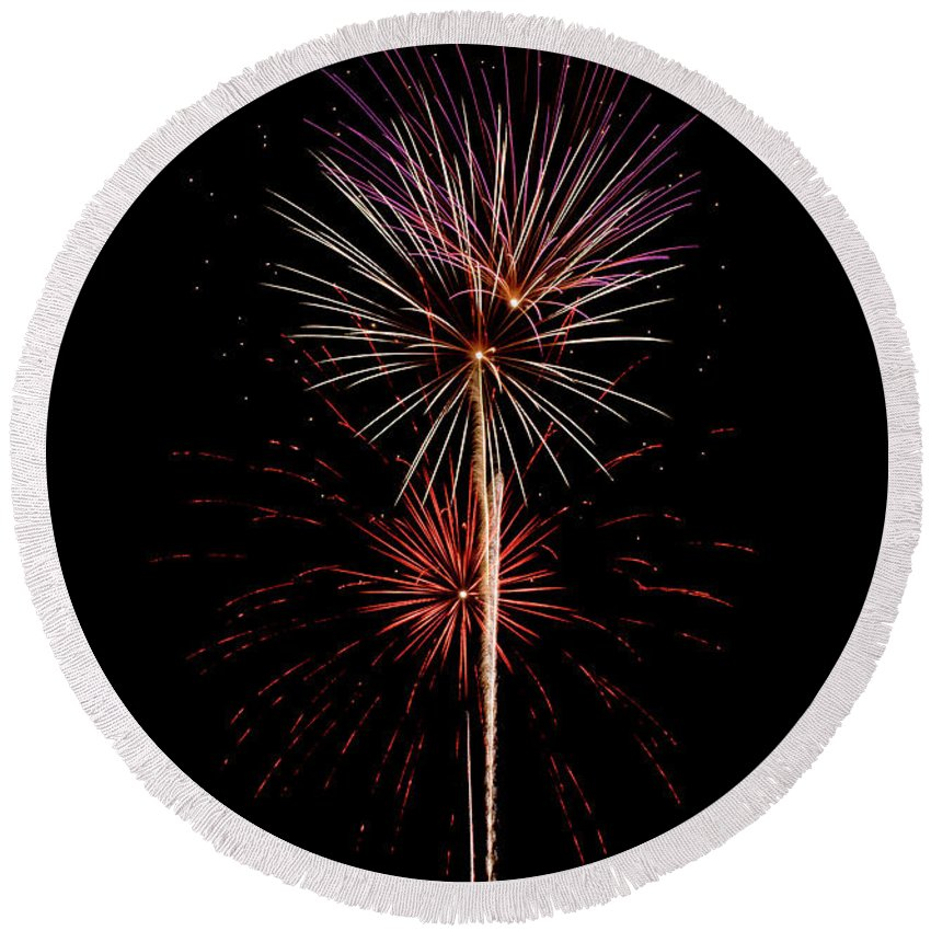 Fireworks Round Beach Towel featuring the photograph Fwsc 2014-39 by Frank Henley