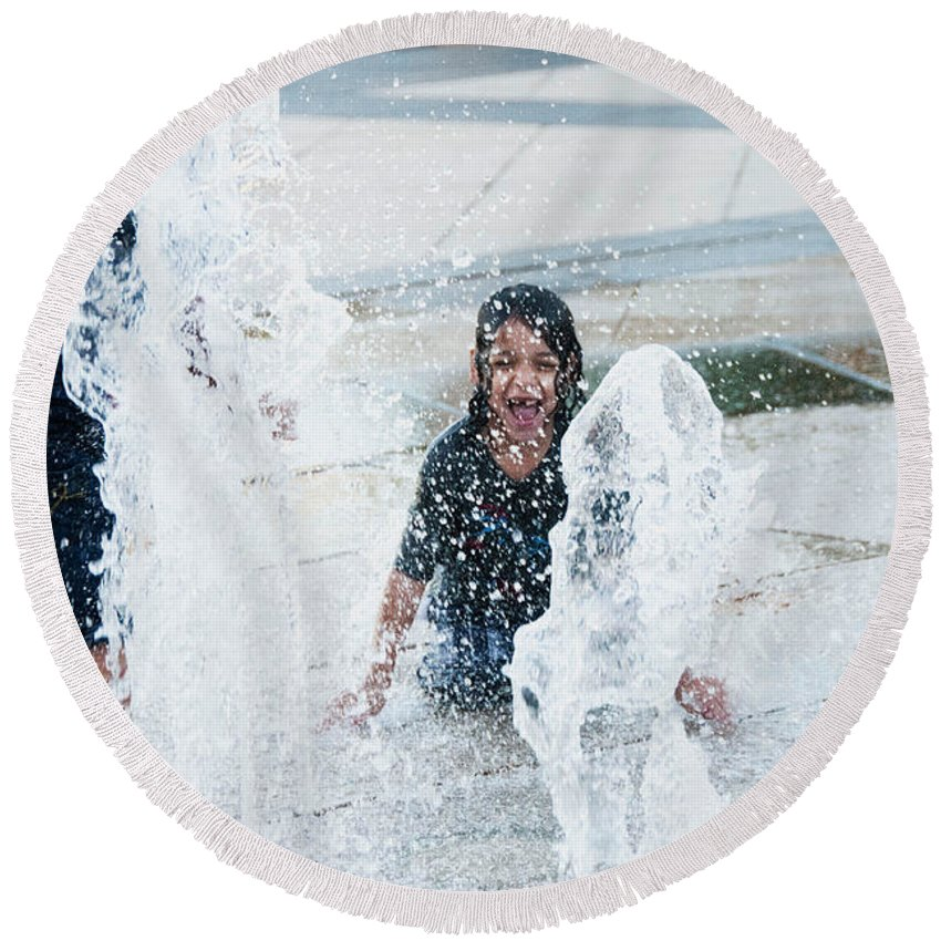 Street Photo Round Beach Towel featuring the photograph Girls Playing In Fountain by Stan Roban