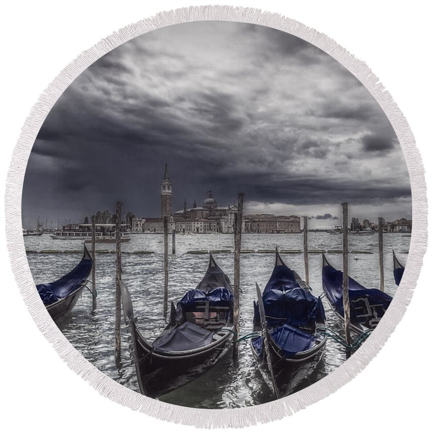 Color Efex Pro Round Beach Towel featuring the photograph Gondolas In Front Of San Giorgio Island by Roberto Pagani