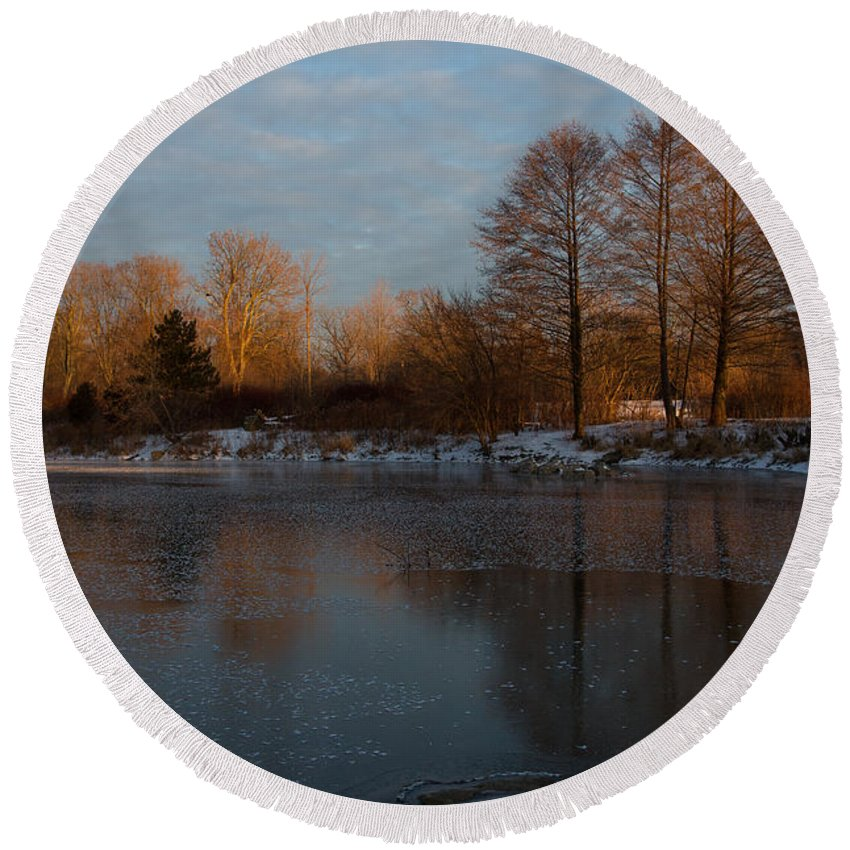 Georgia Mizuleva Round Beach Towel featuring the photograph Gray And Amber - An Early Winter Morning On The Lake Shore by Georgia Mizuleva