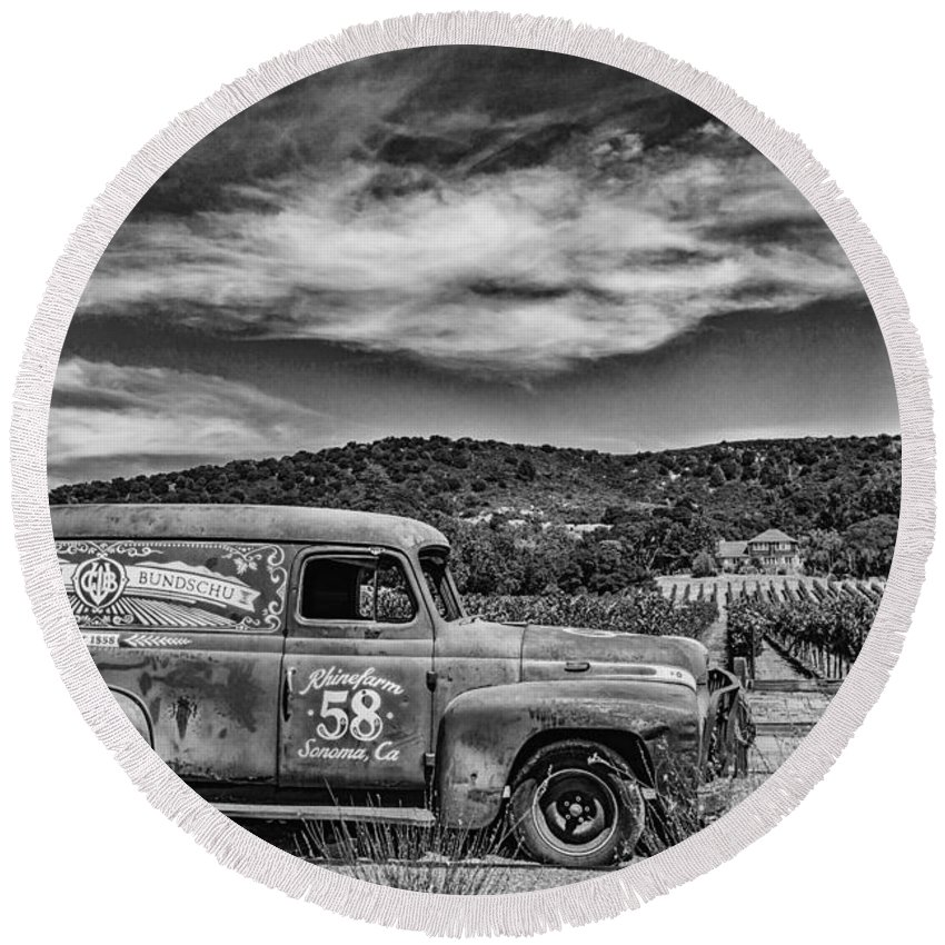 B&w Round Beach Towel featuring the photograph Gundlach Bundschu Rhinefarm by Paul LeSage