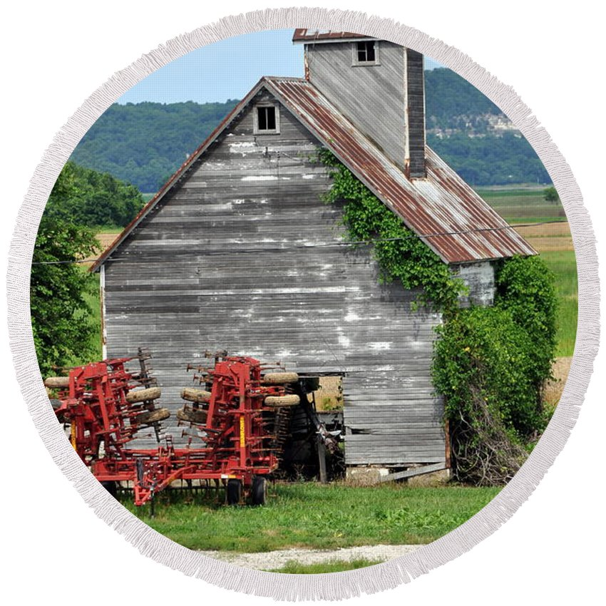 Barn Round Beach Towel featuring the photograph Ilini Barn by Marty Koch